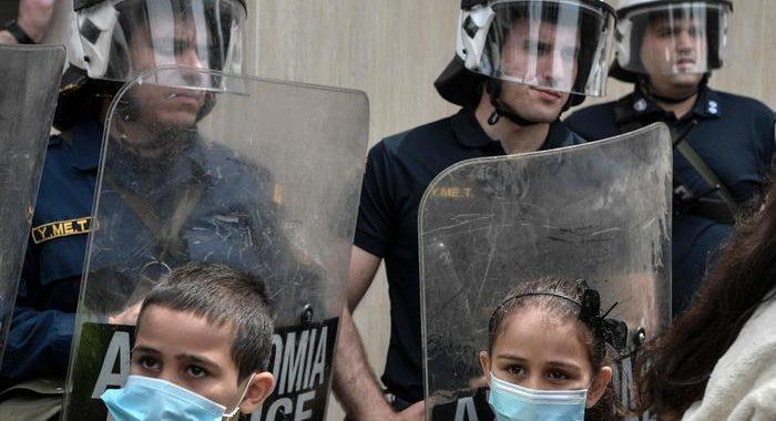 Migranti: Grecia, proteste contro campo