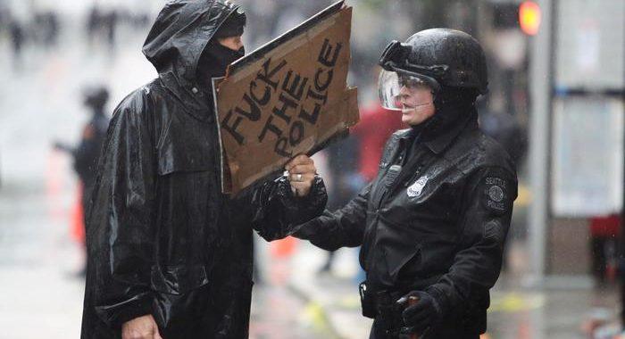 Seattle, agenti picchiano manifestante