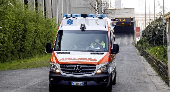 Accoltellato sul bus a Milano, è grave