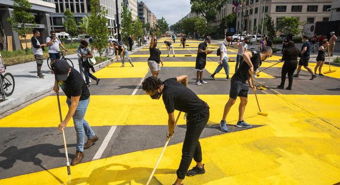 'BLM'dipinto su strada verso Casa Bianca