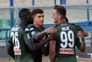 Dopo la Coppa Italia, è ancora super Napoli: 0-2 a Verona. Colpo Cagliari a Ferrara al 93′