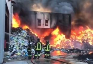 Incendio in azienda trattamento rifiuti del Barese