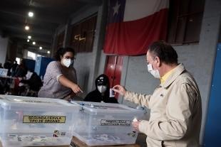 Cile, file ai seggi per cancellare la Costituzione di Pinochet