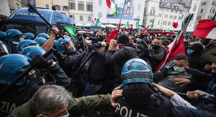 'Mascherine tricolori' contro lockdown, tafferugli a Roma