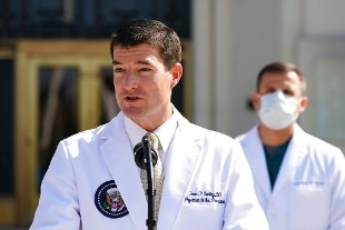 """Trump, il medico personale: """"Continua a migliorare"""". Potrebbe uscire dall'ospedale lunedì"""