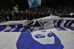 Maradona, l'omaggio della Serie A sui campi: immagini, lutto e silenzio