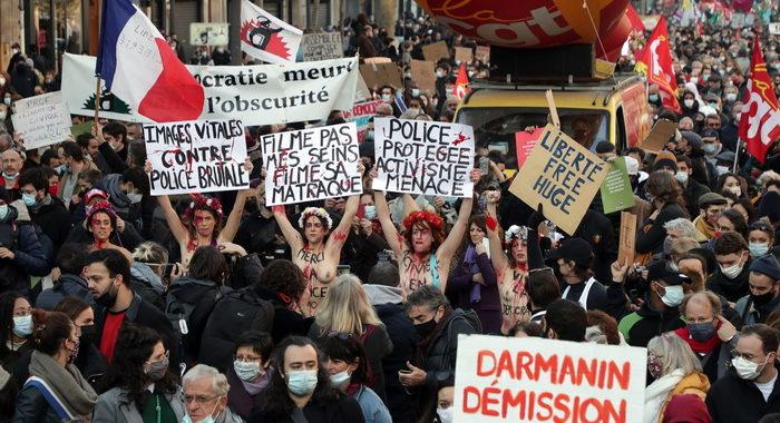 Parigi, scontri alla marcia e un'auto in fiamme
