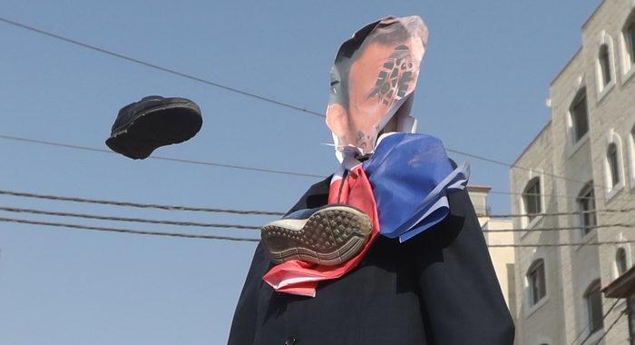 Ramallah: le 'scarpe di protesta' contro Macron e Trump