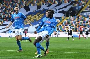 A Udine colpo Napoli all'ultimo respiro, la Lazio vince a Parma