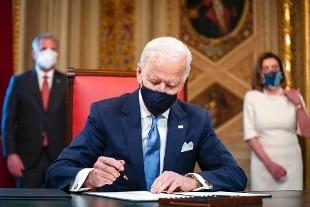 Biden firma i primi decreti: coronavirus, clima e immigrazione