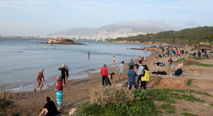 Covid: 28 gradi in Grecia, folle sulle spiagge e nei parchi