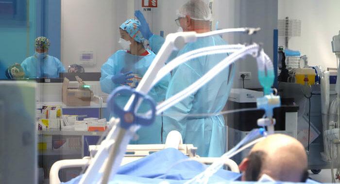 Covid,meno di 9 mila casi,ma su terapie intensive e ricoveri