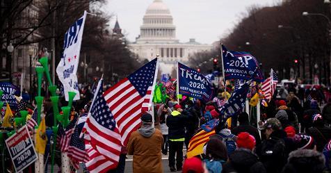 Fan di Trump tentano irruzione dentro Capitol Hill. Congresso in lockdown