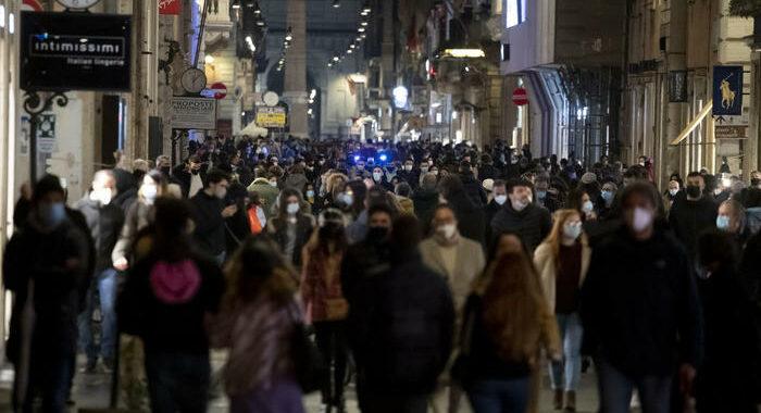 Folla a via del Corso nel centro di Roma
