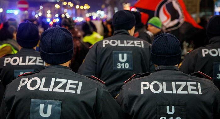 Migliaia sfidano divieto manifestazione, arresti a Vienna