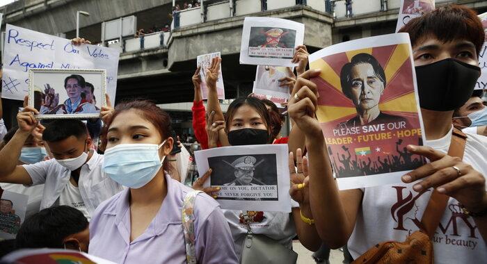 Birmania: Biden annuncia sanzioni contro i militari