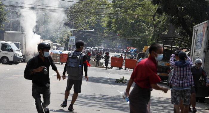 Birmania, manifestante uccisa a colpi d'arma da fuoco