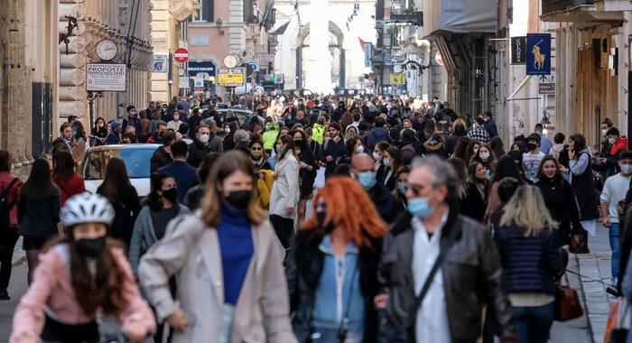 Covid: folla in centro Roma, chiusure su via del Corso