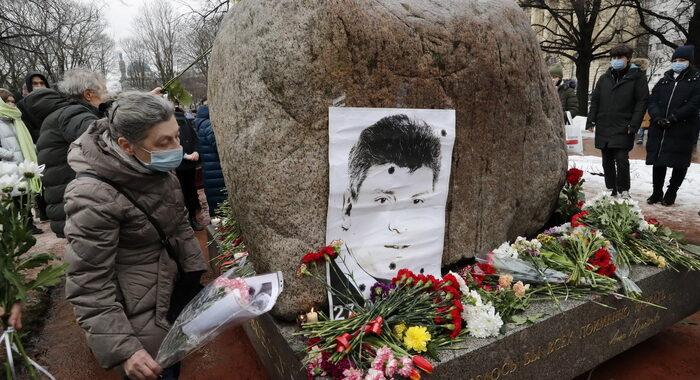 Russia: fiori sul luogo dell'omicidio in ricordo di Nemtsov