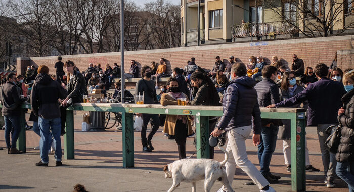 ++ Covid:a Milano Darsena affollata,scattano blocchi ingressi ++