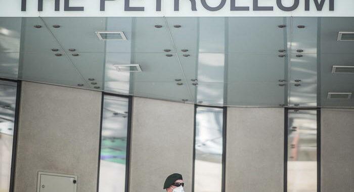 Petrolio: Opec+ lascia invariato taglio quote ad aprile