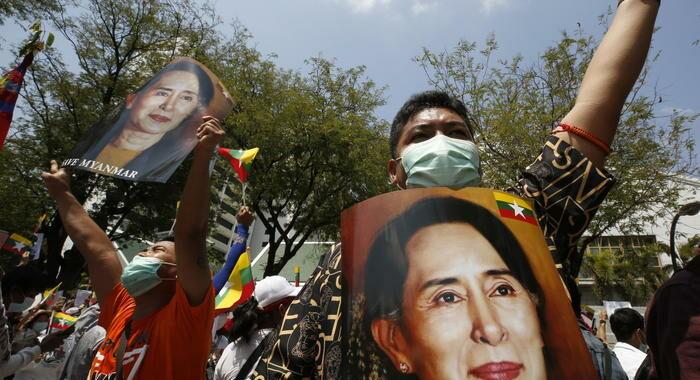 Birmania: Suu Kyi accusata di violazione segreti di Stato