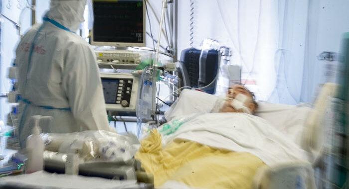 Covid: 15.746 casi e 331 morti, risalgono terapie intensive