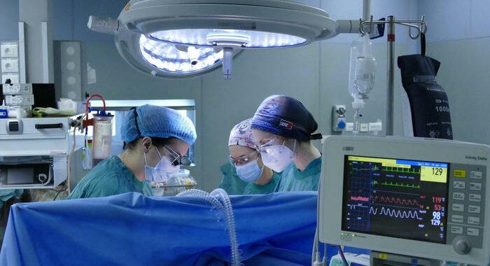 Covid: 16.974 positivi, 380 morti, terapie intensive in calo