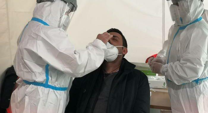 Covid: ancora 501 morti, ma pazienti ricoverati in calo