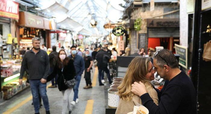 Israele, da domenica non più obbligo mascherina all'aperto