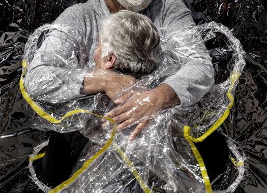 L'abbraccio al tempo del Covid vince il World Press Photo