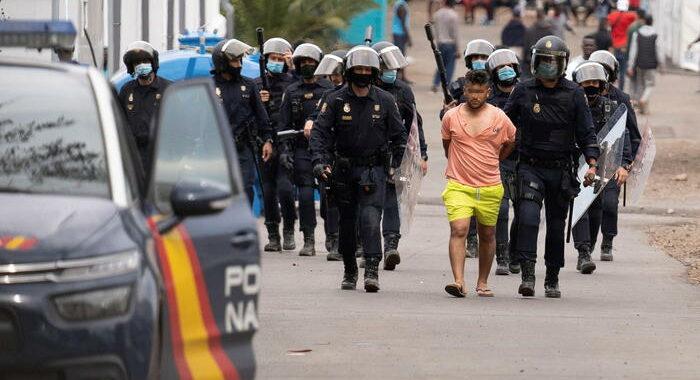 Migranti: scontri in campo Tenerife, 8 arresti e feriti
