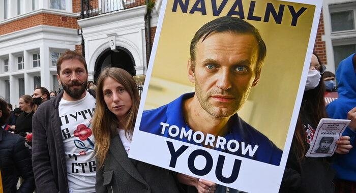 Navalny visitato da medici civili fuori dal carcere