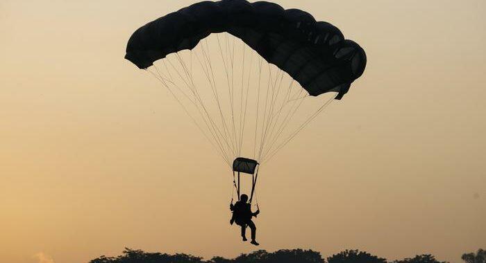 Paracadutista precipita e muore nel Cremonese