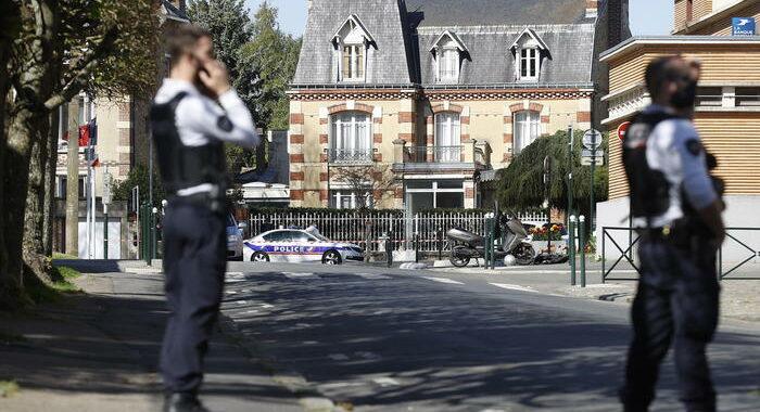 Francia: donna accoltella un poliziotto, un collega le spara