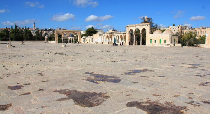 Gerusalemme: violenti scontri su Spianata Moschee, feriti