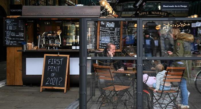 In Gb tornano ospiti in casa e riaprono pub al chiuso