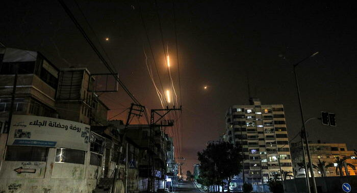 Israele distrugge un edificio di 10 piani a Gaza