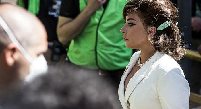 Lady Gaga saluta, orgogliosa di essere italiana