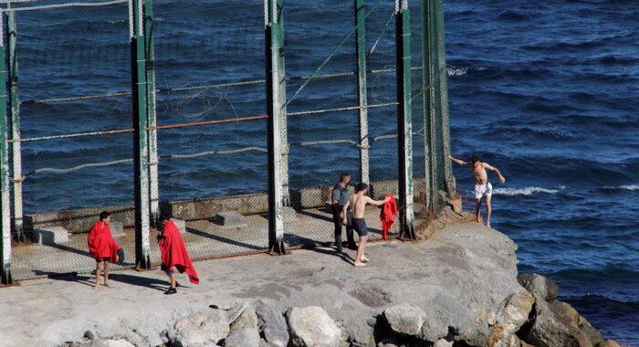 Migranti: record arrivi in Spagna, 2700 in un giorno a Ceuta