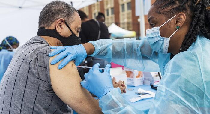 Covid: Fda scarta 60 milioni di dosi del vaccino J&J