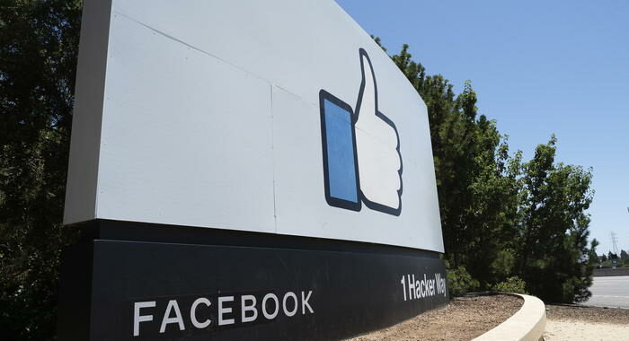 Facebook, basta trattamento speciale per politici