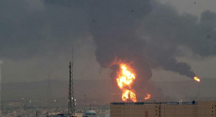 Iran: violento incendio in una raffineria a sud di Teheran