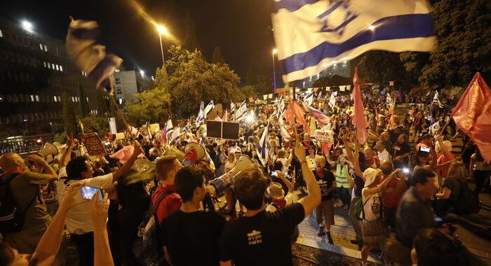 Israele: migliaia in festa a piazza Rabin per nuovo governo