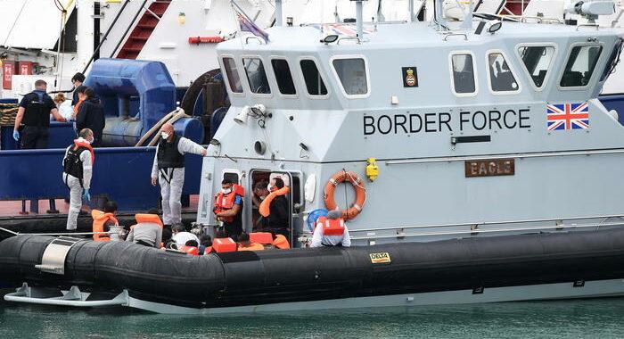 Migranti: forze Gb soccorrono imbarcazione in acque francesi