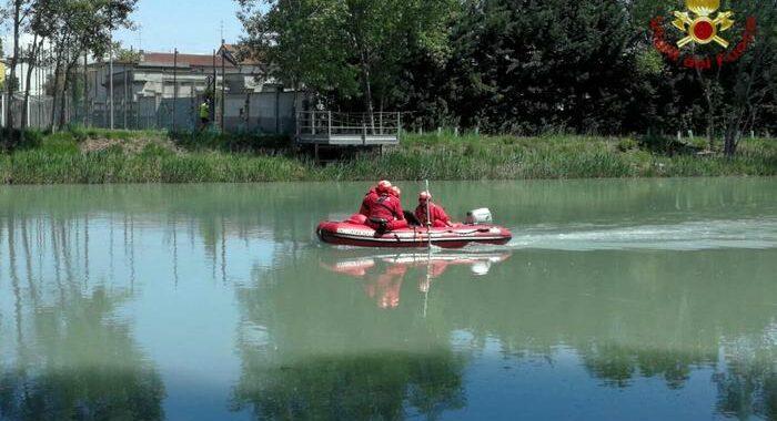 Si rovescia canoa sul Mincio, un morto e un ferito