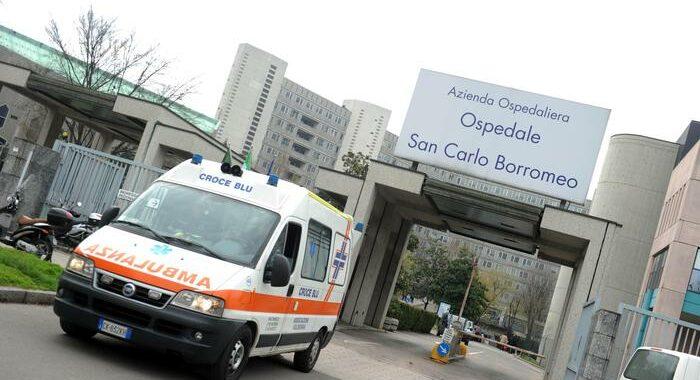 Trovato in auto a Milano con coltellate, morto in ospedale