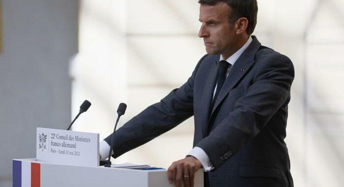 Vaccini: Macron, da 15 giugno via a dosi per adolescenti