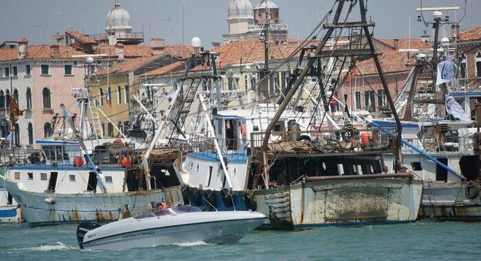 Venezia, in Canale Giudecca la protesta dei pescherecci