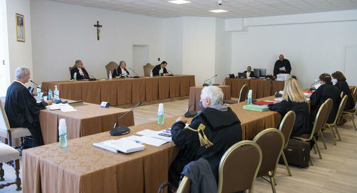 Abusi chierichetti Papa, Pg chiede 6 e 4 anni per imputati